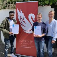 Preisträger Alpha Ousmane Bah, mit seinen stolzen Ausbildern Maler- und Lackierermeister Thomas Wübbelt und Stefanie Effner.
