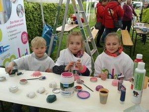 Der Witterung getrotzt: Christiane Stepper-Düsing führt kleine Künstler in den Malerberuf ein