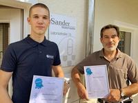 Hoch erfreut bei der Preisübergabe im August präsentierte sich die Preisträger Lasse Janßen, mit dem ebenso ausgesprochen stolzen ehemaligen Ausbilder Matthias Sander.
